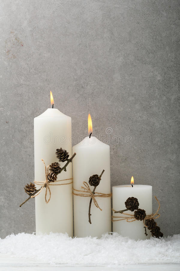 Velas ardentes do Natal no concreto imagem de stock royalty free