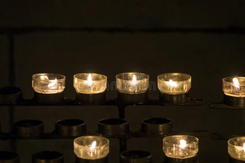 Velas ardentes em um castiçal na igreja fotografia de stock royalty free