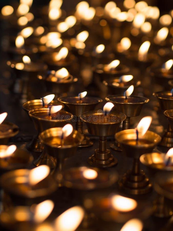 Velas ardentes em um templo imagem de stock
