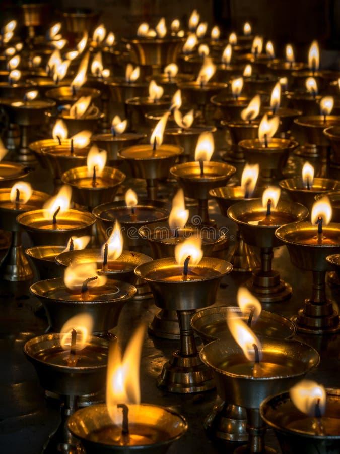 Velas ardentes em um templo imagens de stock royalty free
