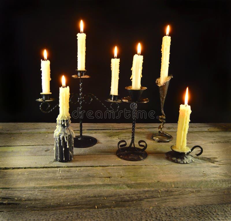 Velas ardentes na noite imagem de stock royalty free