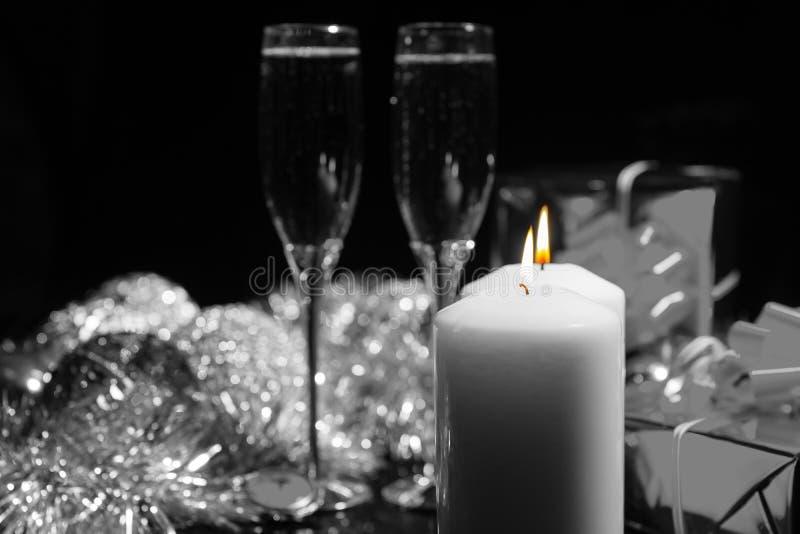 Velas ardientes con Champán y las decoraciones fotos de archivo