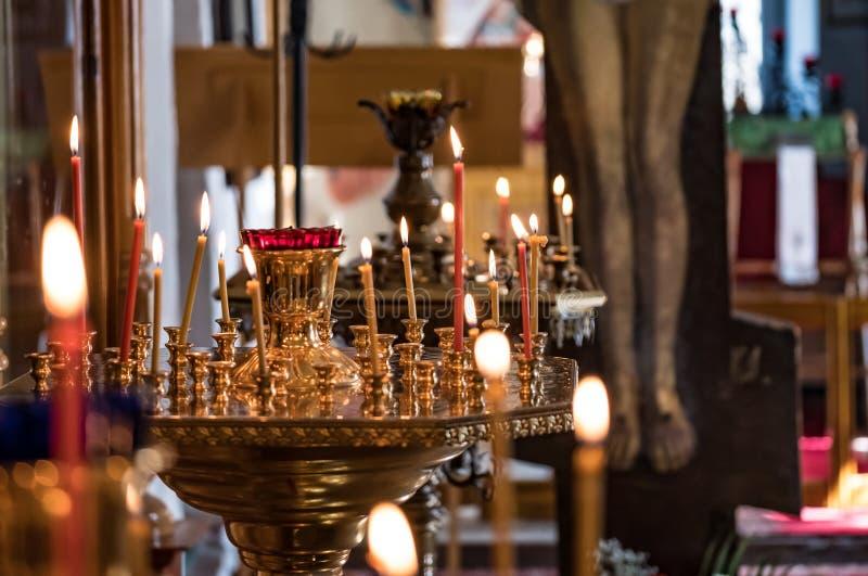 Velas ardientes en el servicio en la iglesia imagenes de archivo