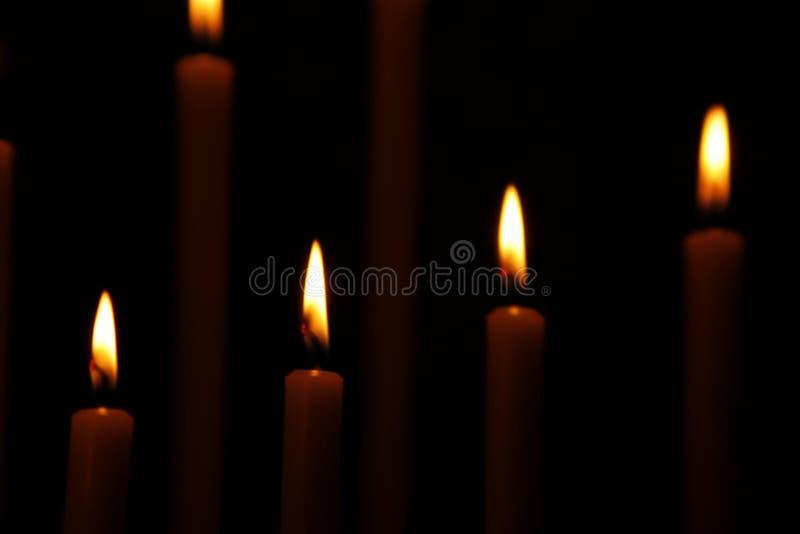 Velas ardientes en el templo fotos de archivo libres de regalías