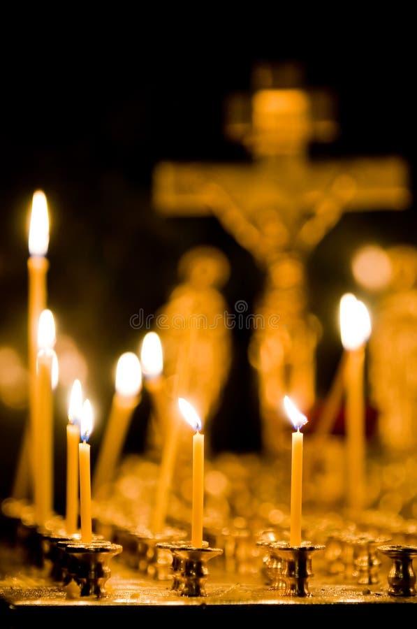 Velas ardientes en iglesia fotografía de archivo