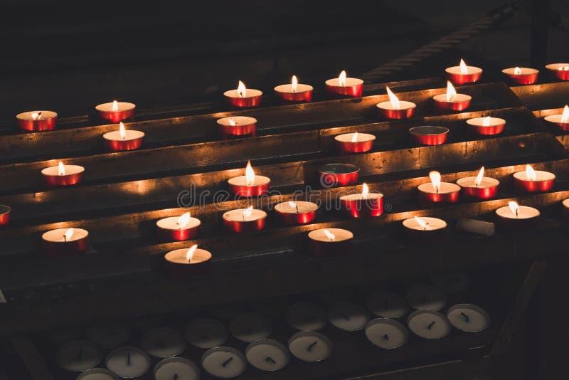 Velas ardientes en la iglesia imágenes de archivo libres de regalías