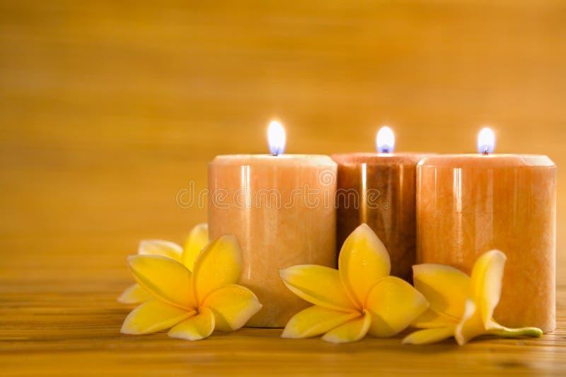 download velas aromticas con el frangipani en la estera de bamb imagen de archivo imagen - Velas Aromaticas