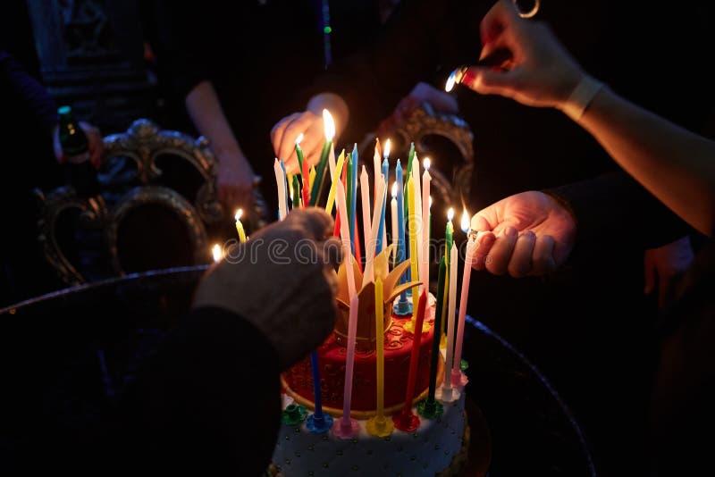 Velas asombrosas ardientes del cumpleaños Feliz cumpleaños fotos de archivo libres de regalías