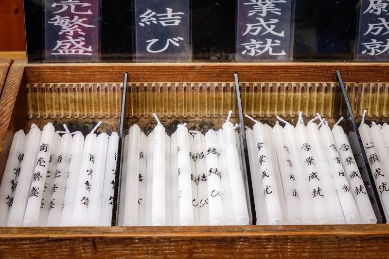 Velas brancas no caso de madeira fotografia de stock