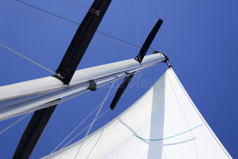 Velas brancas/que yachting foto de stock royalty free