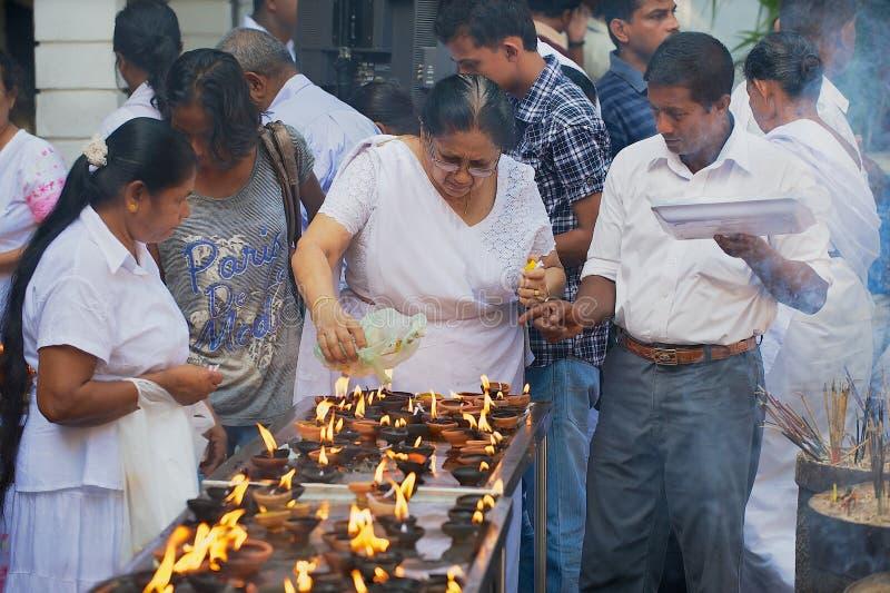 Velas claras dos povos no templo budista durante a celebração religiosa de Vesak em Colombo, Sri Lanka fotos de stock