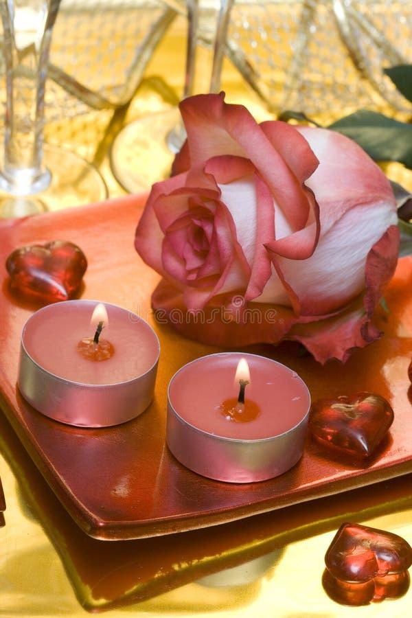 Velas com cor-de-rosa e corações fotografia de stock royalty free