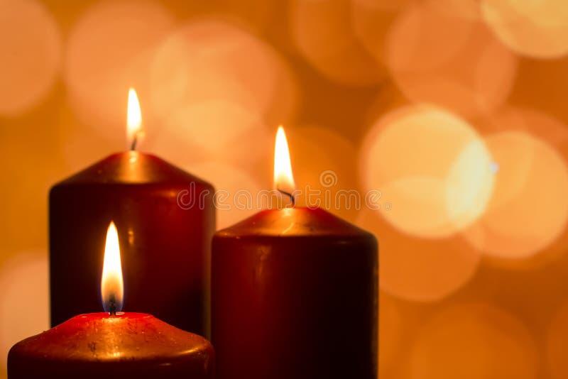 Velas con las llamas en la estación reflexiva del advenimiento imagenes de archivo