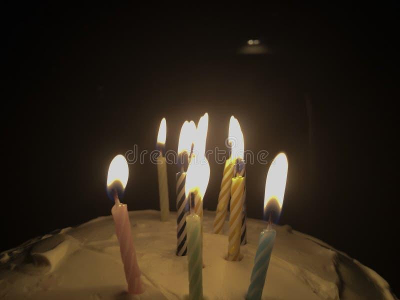 Velas da festa de anos entre a escuridão imagem de stock