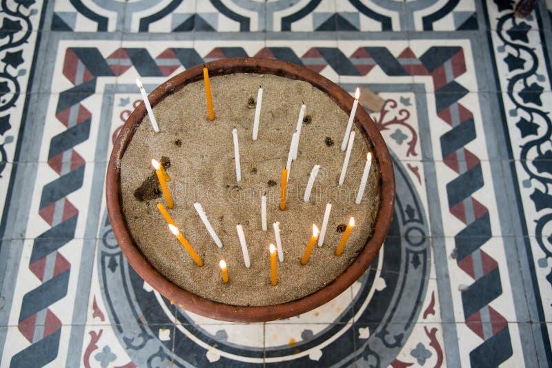 Velas da igreja com queimadura das chamas fotografia de stock