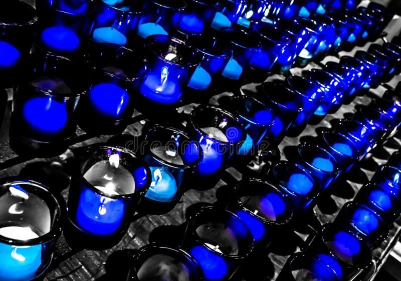 Velas da oração de Louis Basilica Side Altar Blue de Saint fotografia de stock royalty free