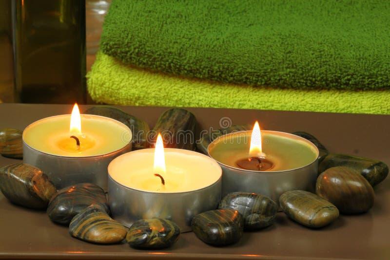 Velas de Aromatherapy e pedras da massagem nos termas foto de stock