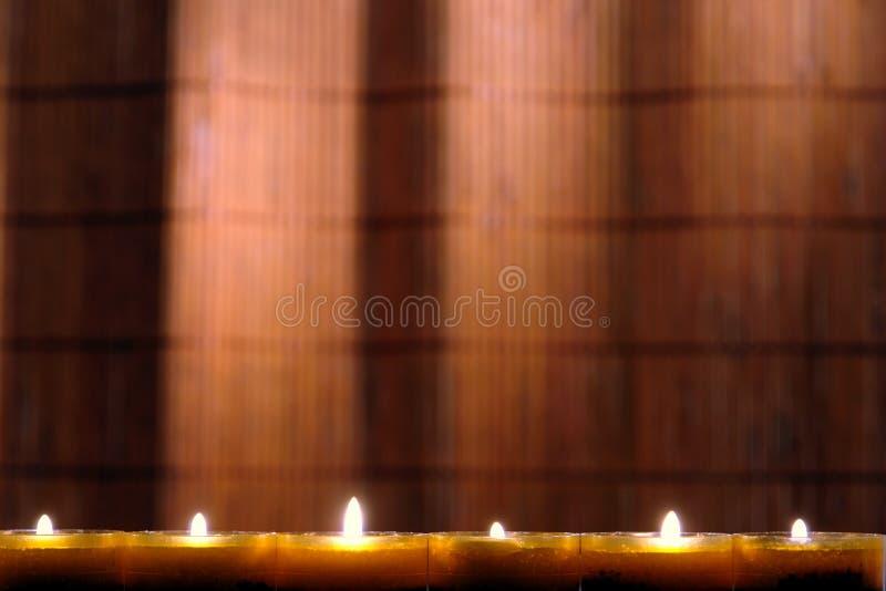 Velas de Aromatherapy em uns termas imagem de stock