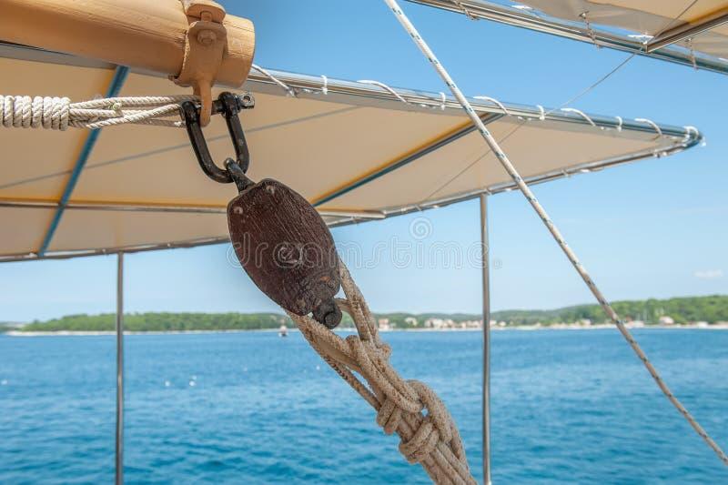 Velas de fechamento das cordas em um navio de navigação Detalhes do navio fotografia de stock royalty free