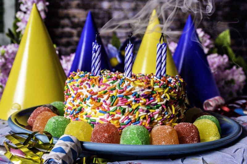 Velas de fumo e bolo de aniversário imagens de stock royalty free