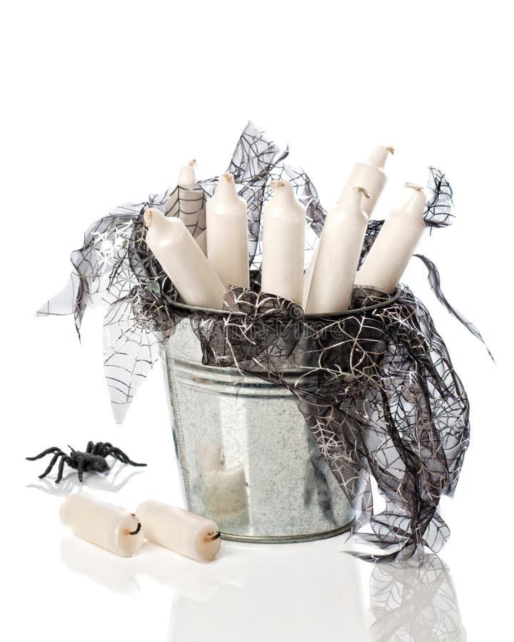 Velas de Halloween na cubeta foto de stock