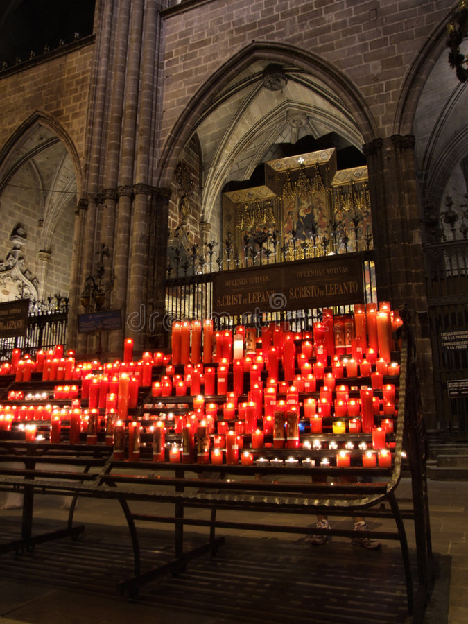 Velas de incandescência na catedral fotografia de stock royalty free