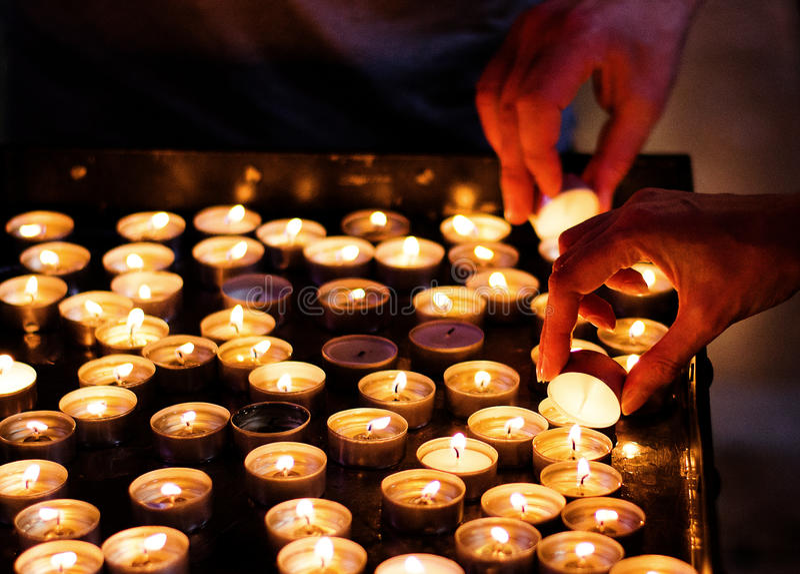 Velas de la iluminación en una iglesia imagen de archivo libre de regalías