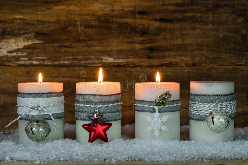 Velas de la Navidad adornadas con los ornamentos para Advent Season imágenes de archivo libres de regalías