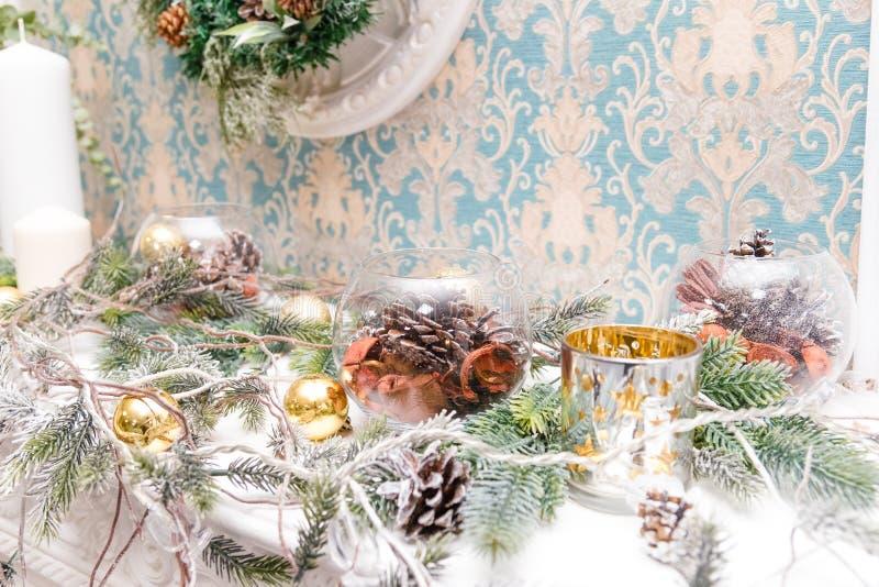 Velas de la Navidad en la chimenea adornada blanca Decoraciones del Año Nuevo del vintage Luces de la Navidad Humor de la Navidad imagen de archivo