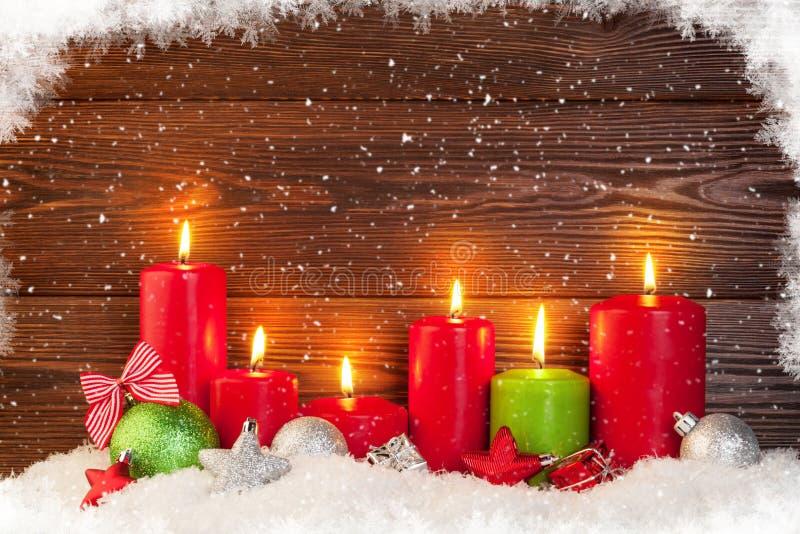 Velas de la Navidad en nieve imágenes de archivo libres de regalías