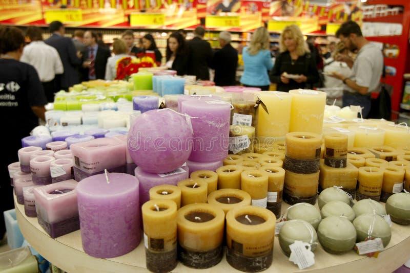Velas de la Navidad para la venta en supermercado fotos de archivo