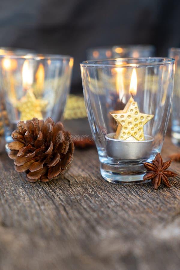 Velas de la Navidad que brillan intensamente imágenes de archivo libres de regalías