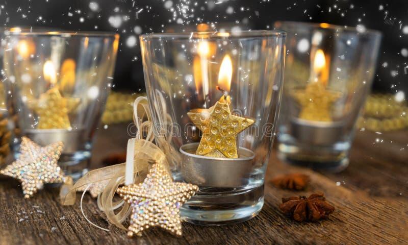 Velas de la Navidad que brillan intensamente imagen de archivo libre de regalías