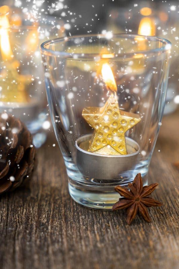 Velas de la Navidad que brillan intensamente fotografía de archivo libre de regalías