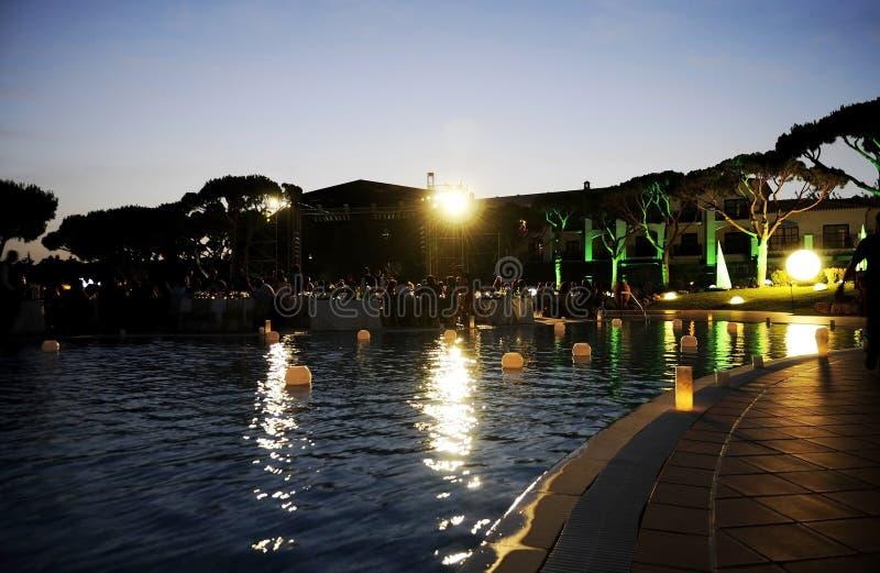 Velas de la piscina, escena de la noche, partido de cena de la oscuridad fotos de archivo