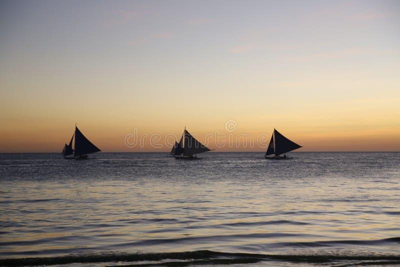 Velas de la puesta del sol foto de archivo