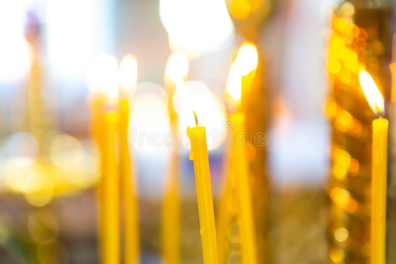 velas de la quemadura natural de la cera en la iglesia fotografía de archivo libre de regalías