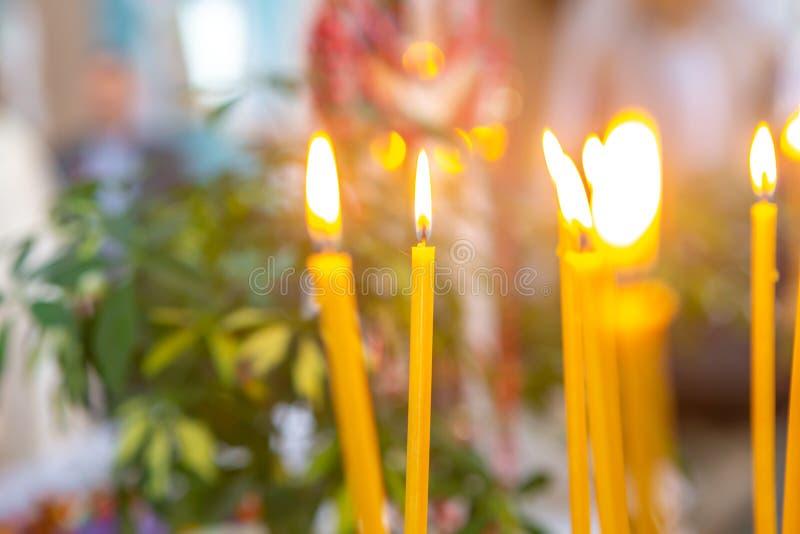 velas de la quemadura natural de la cera en la iglesia foto de archivo libre de regalías