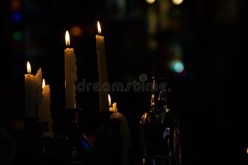 Velas de queimadura em um castiçal em uma sala escura foto de stock royalty free