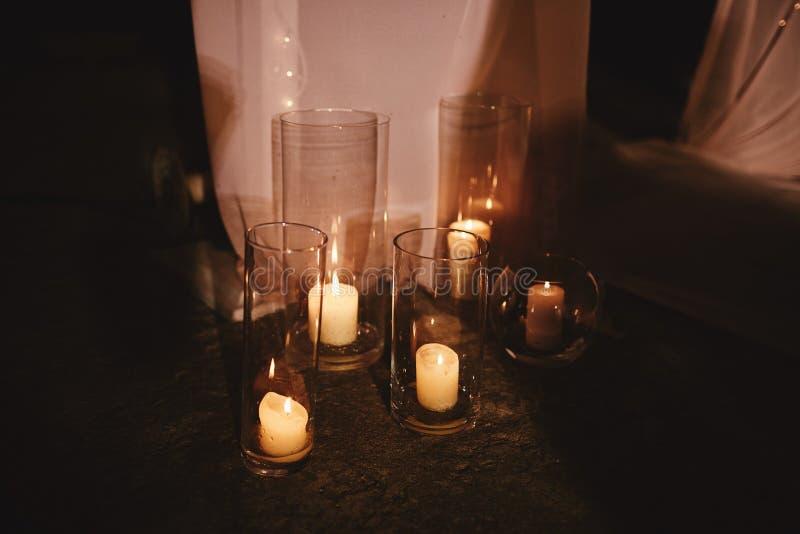 Velas de queimadura no castiçal de bronze contra o fundo escuro em casa Velas no interior Estilo do vintage imagens de stock