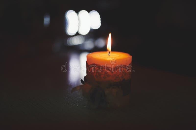 Velas de queimadura no castiçal de bronze contra o fundo escuro em casa Velas no interior Estilo do vintage imagem de stock royalty free