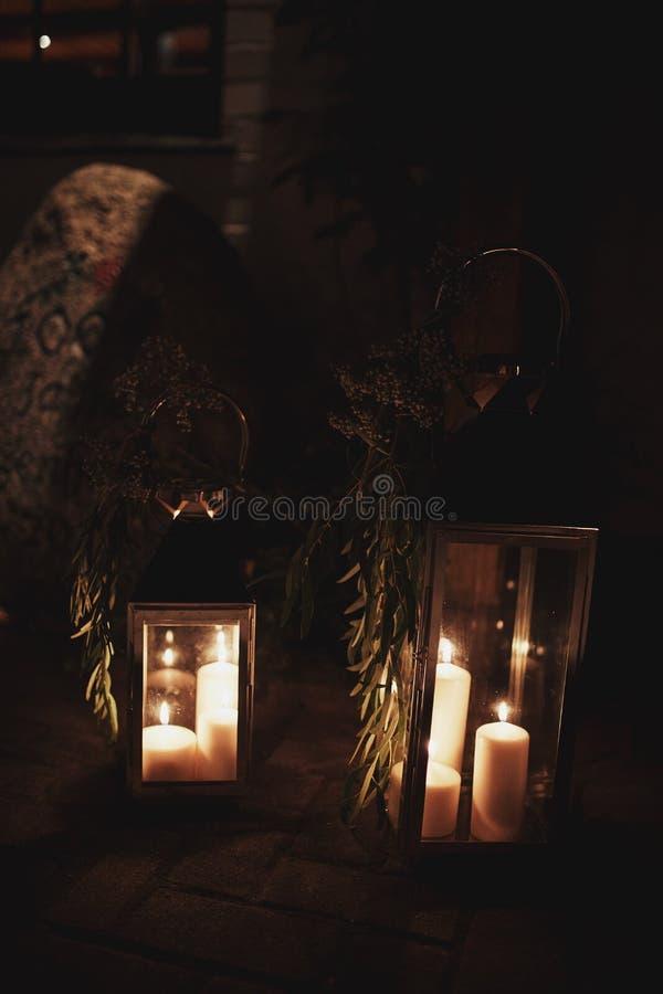 Velas de queimadura no castiçal de bronze contra o fundo escuro em casa Velas no interior Estilo do vintage fotos de stock