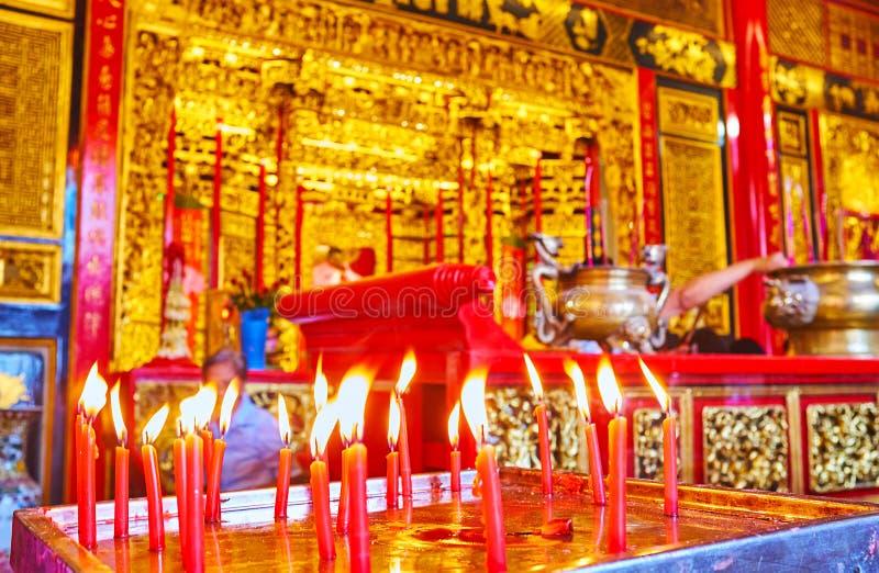 Velas de queimadura no Hock Keong Temple de Kheng, Yangon, Myanmar imagens de stock