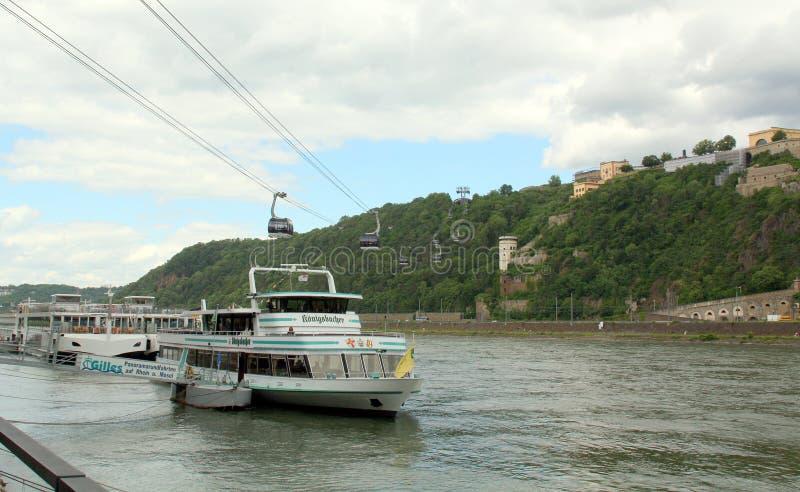 Velas del barco turístico en el río Rhine alemania imagenes de archivo