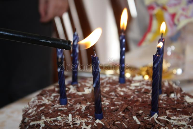 Velas del cumpleaños de la iluminación imágenes de archivo libres de regalías