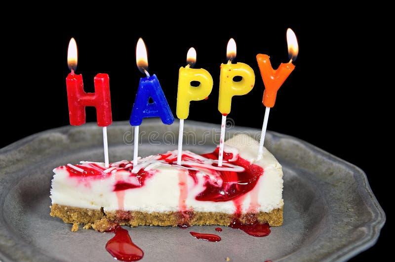 Velas del cumpleaños en el pastel de queso foto de archivo