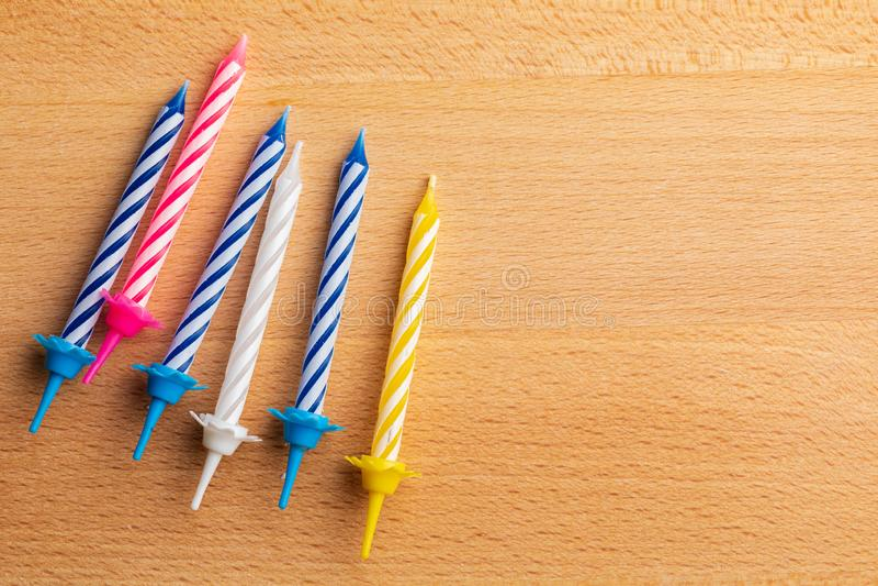 6 velas del cumpleaños en fondo de madera Para la tarjeta de felicitación del cumpleaños Espacio para insertar el texto fotografía de archivo libre de regalías