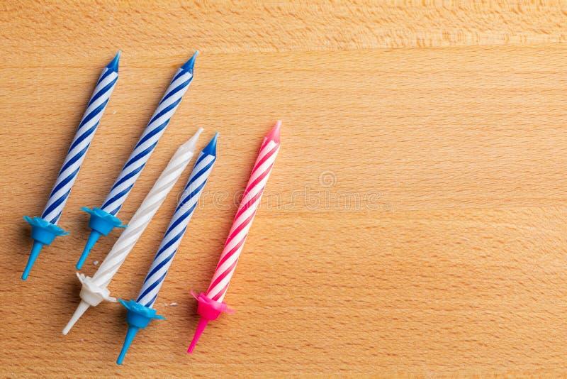 5 velas del cumpleaños en fondo de madera Para la tarjeta de felicitación del cumpleaños Espacio para insertar el texto imagen de archivo