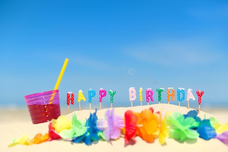Velas del feliz cumpleaños en la playa fotos de archivo
