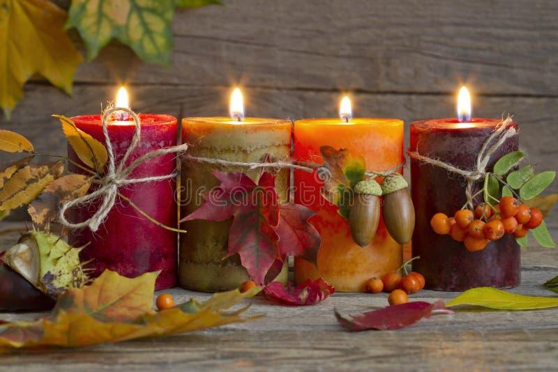 Velas del otoño con de las hojas del vintage todavía del extracto vida fotografía de archivo